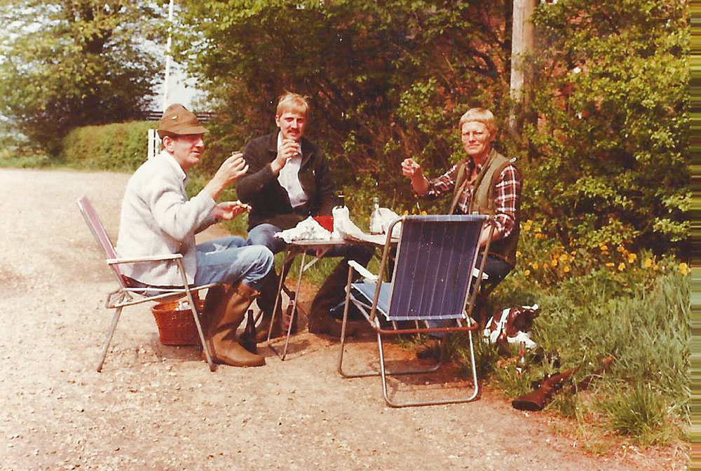 Frokost efter rågejagt med Lillian, frisør Larsen og frisørens søn, Peter