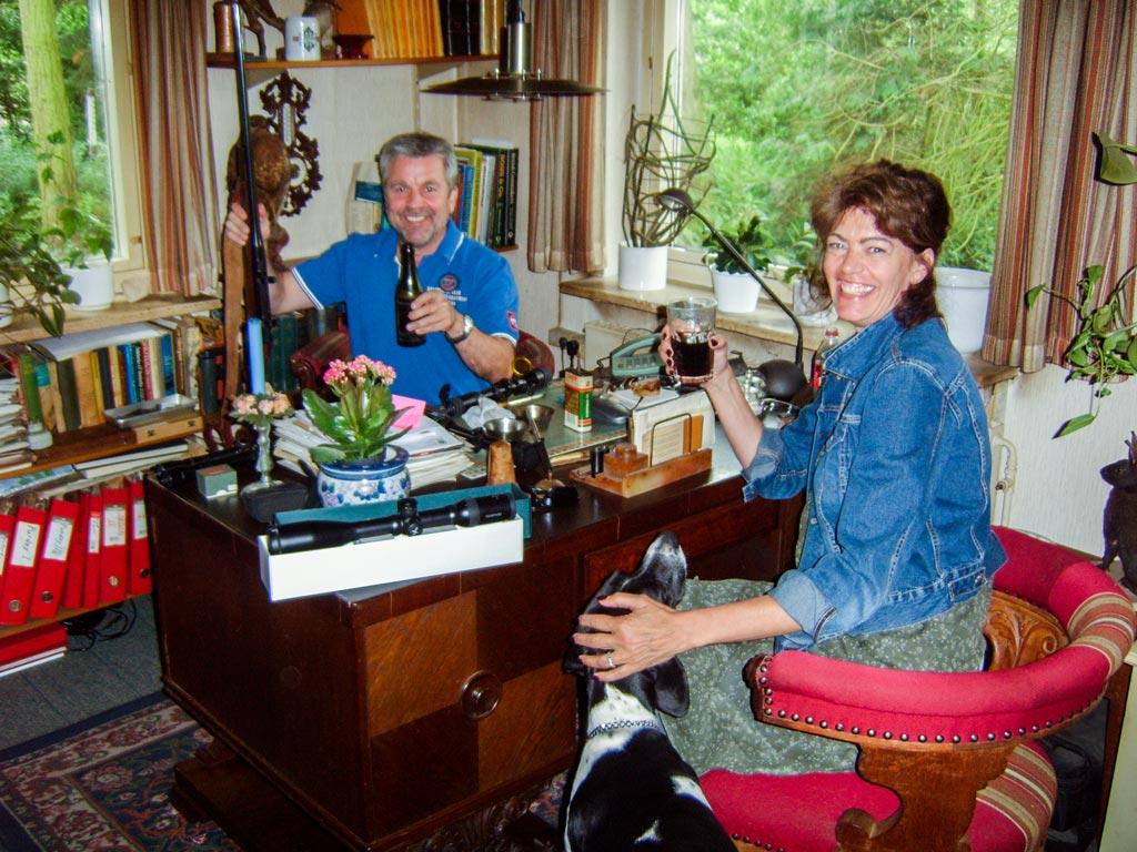 Herluf hjælper Gitte med kikkert til hendes Schultz og Larsen riffel